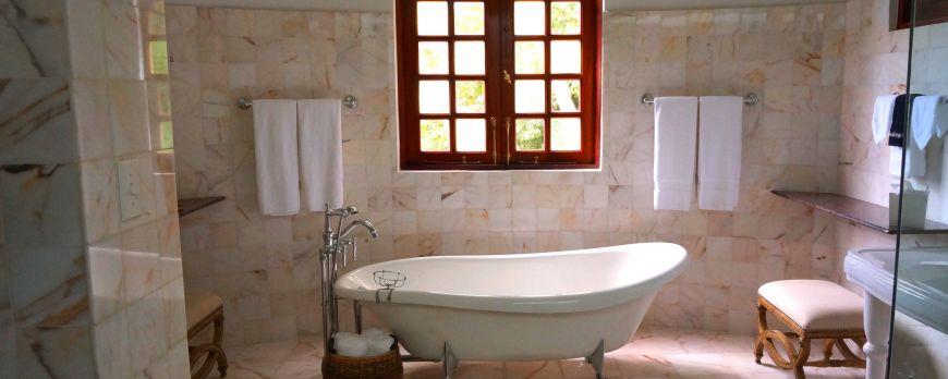 Nedidelio vonios kambario didinimas: nuo šviestuvo iki veidrodžių